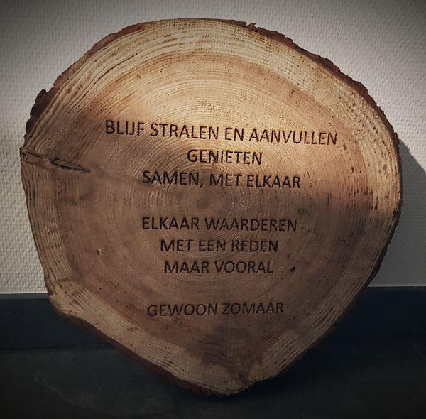 Logo of tekst graveren branden in hout for Boomschijven decoratie
